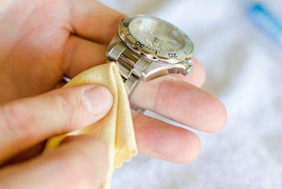 bạn hãy sử dụng khăn vải sạch để lau sạch kem đánh răng sót lại