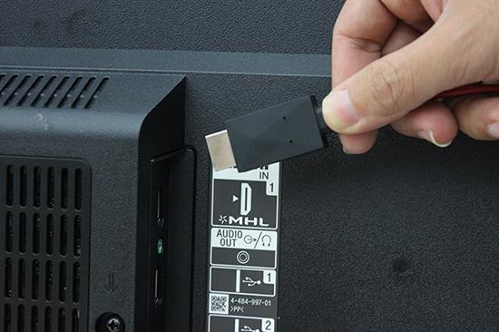 Nối đầu HDMI của dây MHL vào cổng HDMI của tivi